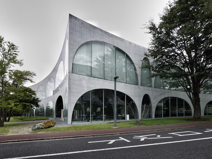 a+t  visits Tama Art University Library